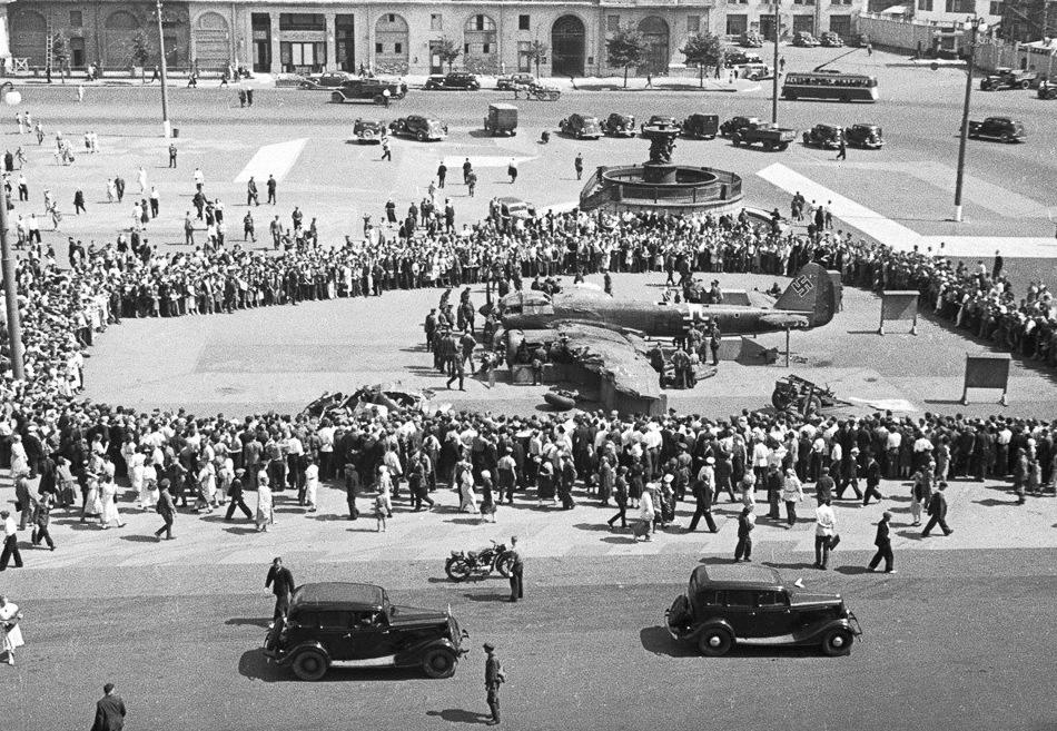 Сбитые немецкие самолёты выставлены на площади Свердлова.
