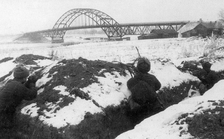 Окопы у моста Ленинградского шоссе, окраина Москвы.