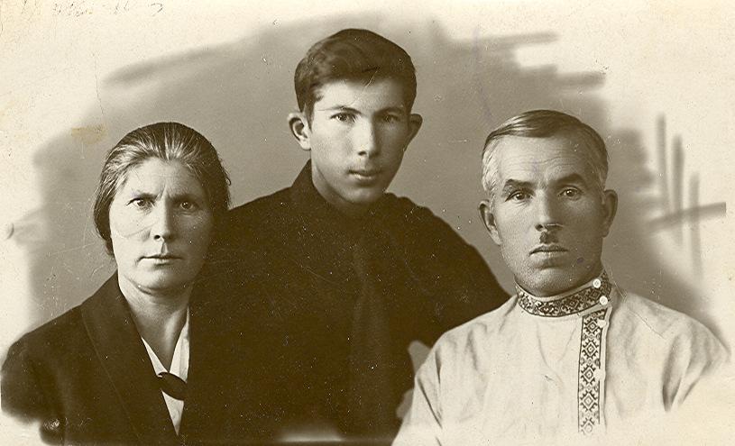 18 октября сфотографировался с родителями на память