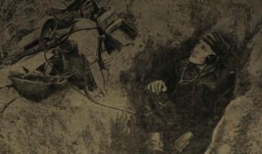 В узкой траншее телеграфист Корпуса войск ждет радиограмму из штаба. Снимок сделан на Итальянском фронте.