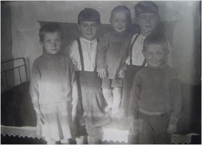 Снимок сделан 10. 02. 1944. На нем слева направо: Маша, Галя (племянница Филиппа, дочь его сестры Стюры), Евгений, Инна и Влад.
