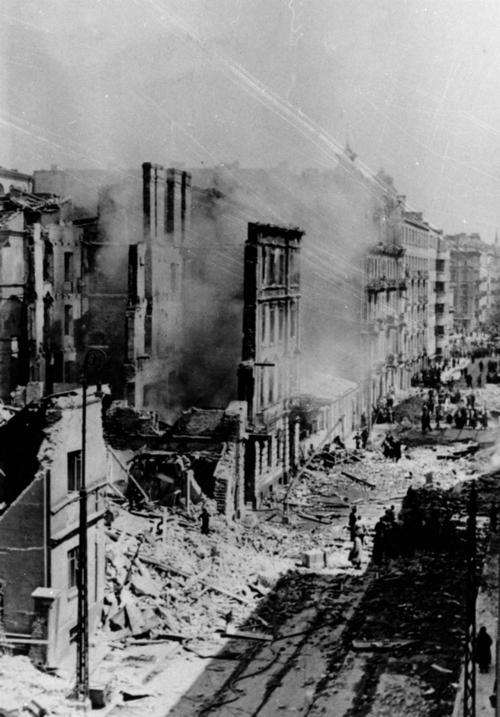 Вид на пострадавшую от бомбардировок улицу Варшавы, 1939 год.