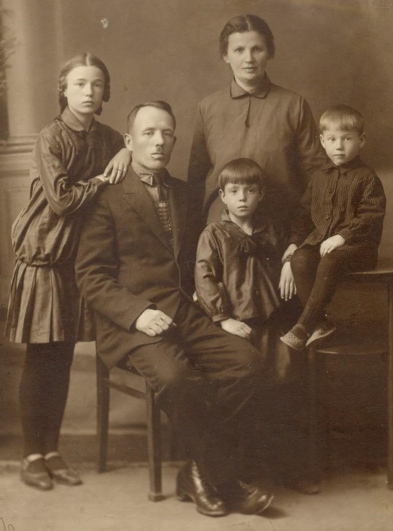 Семья Левандовских. Дети (слева направо): Казимира, Янина, Бронислав. Фотография ок. 1932 г.