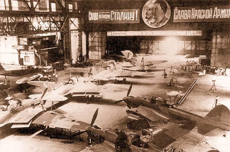 Сборочный цех авиационного завода в Куйбышеве во время войны.
