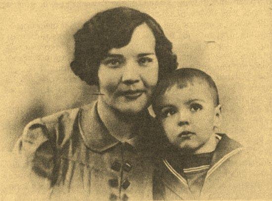 Л.Г. Охапкина с сыном Толей.