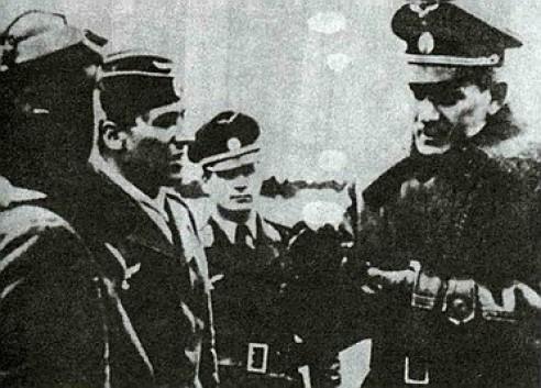 2.Командующий ВВС РОА генерал-майор В.И. Мальцев беседует с подчиненными. Германия. Зима 1944-45 гг.