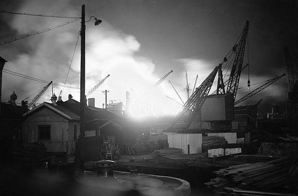Один из многочисленных пожаров в лондонских доках, вывзанных налетами немецкой авиации. 7 сентября 1940 года.