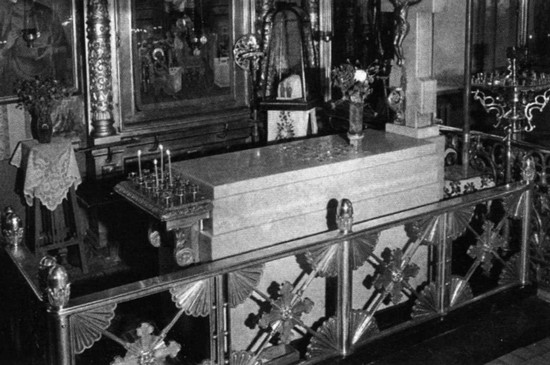 Гробница патриарха Московского и всея Руси Сергия (Страгородского) в Елоховском соборе Москвы