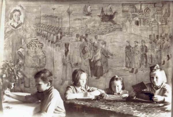 Ленинградский детский дом в деревне Угоры. Стены расписаны Львом Разумовским в 1942 году по мотивам сказок Пушкина. Фотография конца войны.