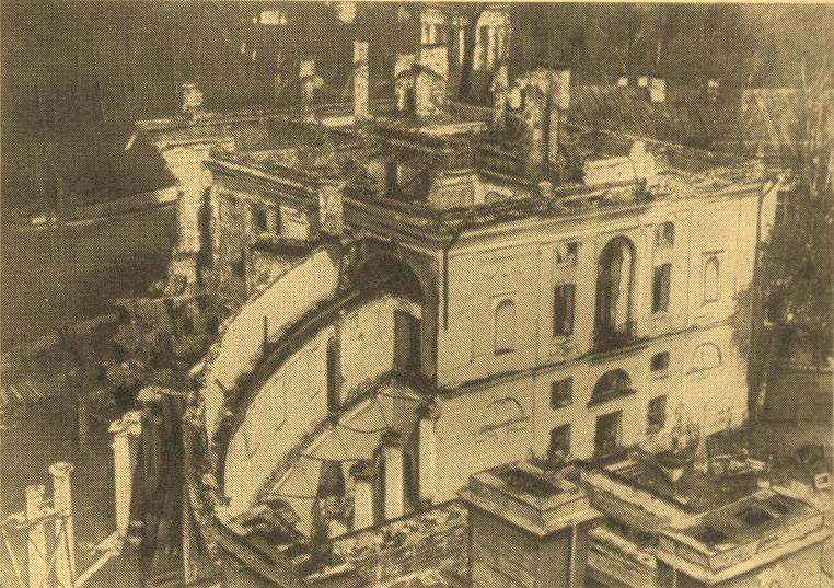 Разрушенный Павловский дворец. 1944 г.