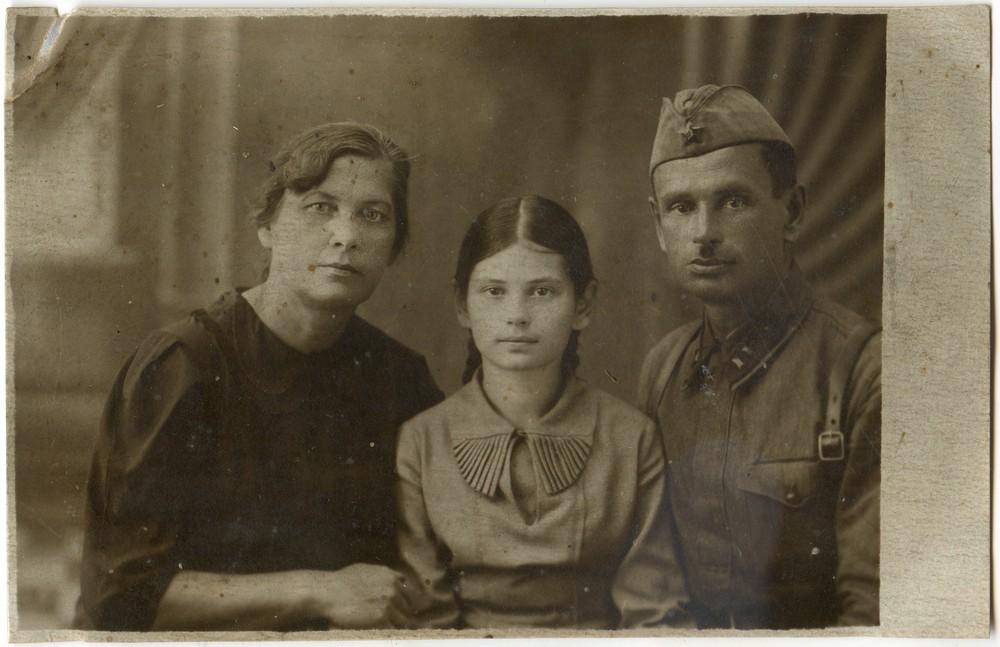 Ира Григорьева с мамой и папой. Фото 1940 года.