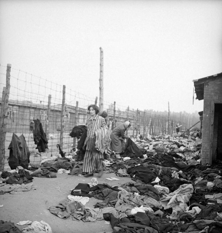 Бывшие узницы концлагеря Берген-Бельзен разбирают вещи перед дезинфекцией.