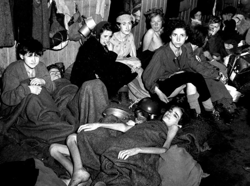 Освобожденные узники концлагеря Берген-Бельзен, в основном женщины и дети, ночуют в одном из лагерных помещений.