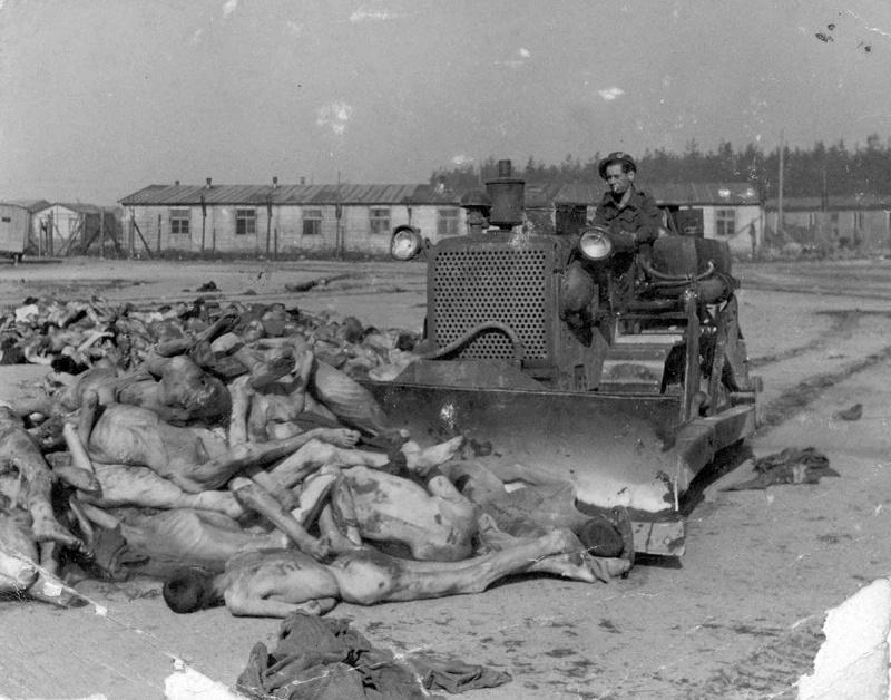 Британский солдат на бульдозере собирает трупы узников концлагеря Берген-Бельзен.
