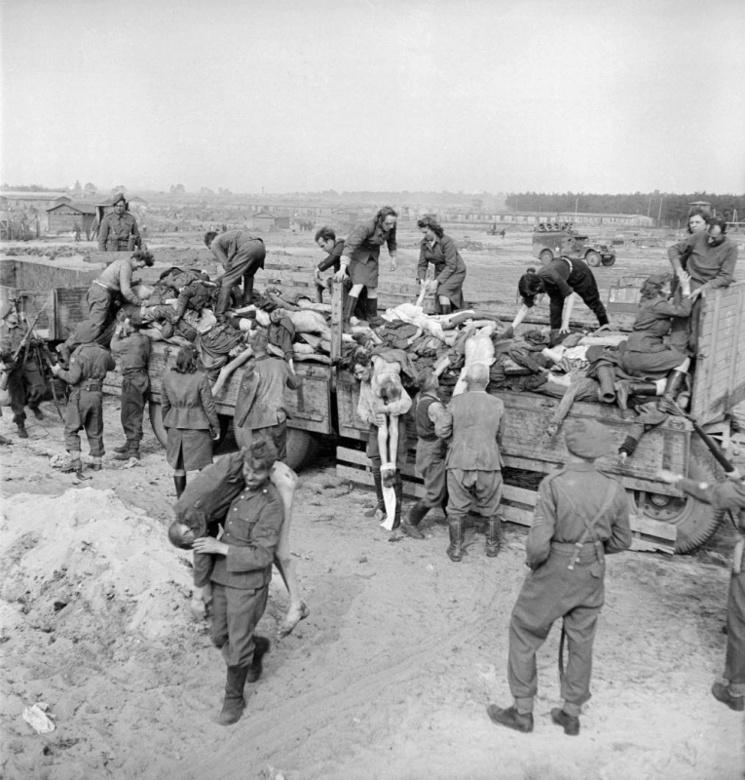 Бывшие охранники и охранницы Берген-Бельзена выгружают тела узников под конвоем британских солдат.