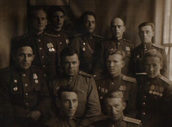 Группа офицеров 12-ой ТРБ. 1-ый ряд: (слева направо) гв. л-нт. Лейбельман, гв. ст. л-нт В.Сысоев, 2-ой ряд: гв. м-р Аллояров, гв. м-р Демьяненко, гв. м-р Михайлов, гв. капитан Васильев, 3-ий ряд: гв. к-н Григорьевский, гв.к-н Сыров, гв. л-нт Антонов, гв. к-н Соболев, гв. ст. л-нт Я. Ляховецкий. Сормово, 1945 г.