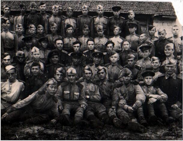 Снимок на память (июль 1945 г.) Вместе с сержантами и рядовым составом 3-ей команды 12 ТРБ, В центре: (3-ий ряд справа налево): гв. старшина Купряшов, ст. л-нт Шрейтер, гв. л-нт Н.Антонов, гв. ст л-нт Я.Ляховецкий