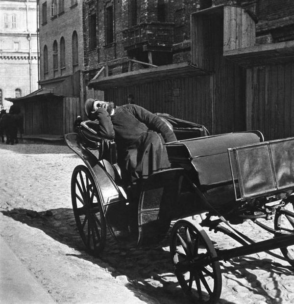 Спящий извозчик на одной из московских улиц, 1910 год, ТАСС