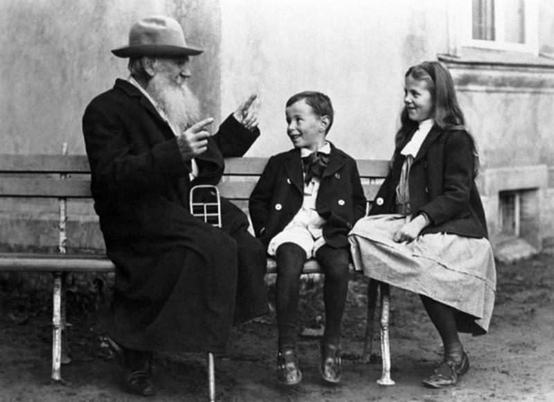 Лев Толстой рассказывает внукам Соне и Илюше сказку, 1909 г.