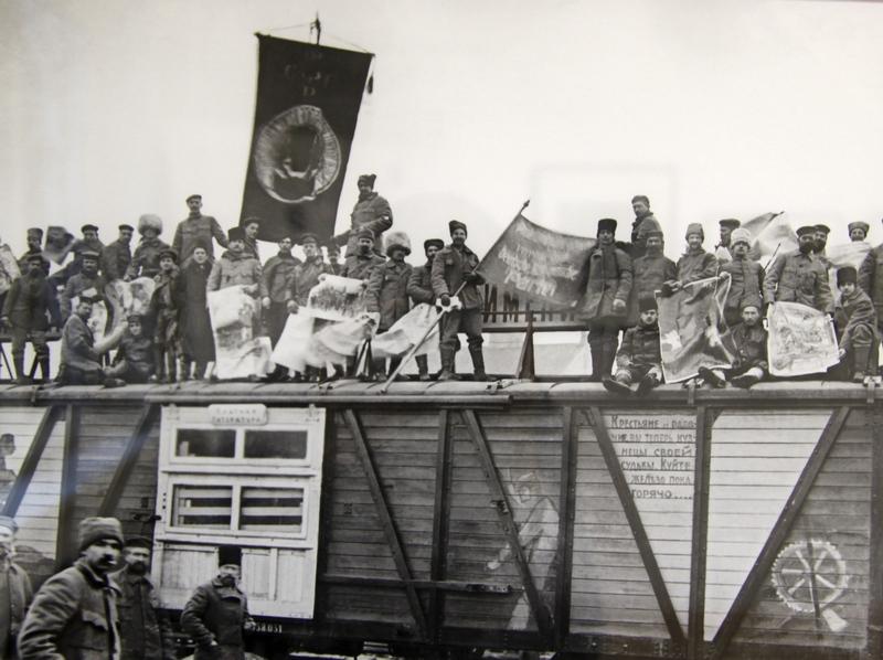 Сотрудники агитационно-инструкторского поезда им. Ленина на крыше вагона. 1920 г.