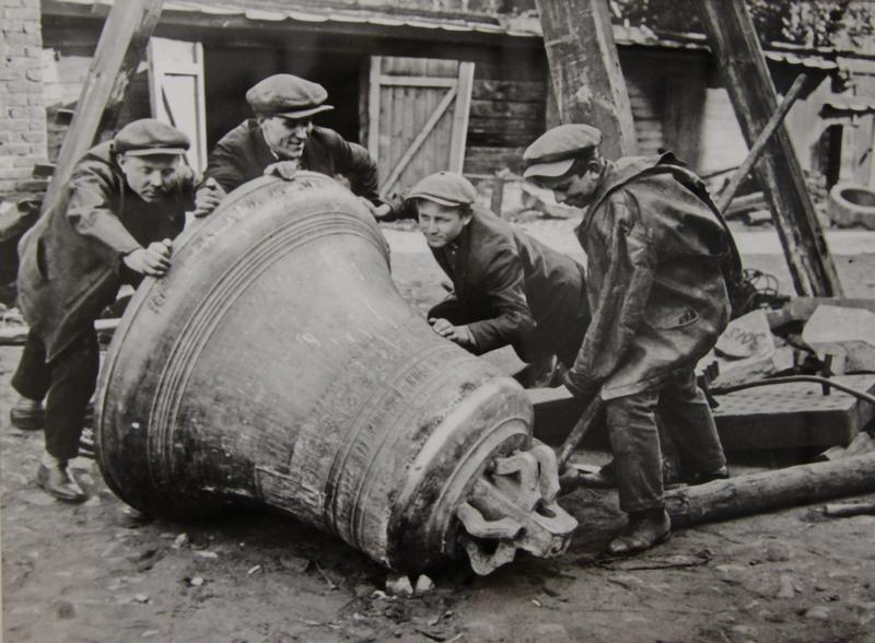 Снятие церковных колоколов перед отправкой на металлургический завод. 1925 г.