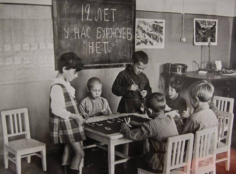 В московском детском саду рисуют плакат к празднованию 12-ой годовщины Октябрьской революции. 1929 г.
