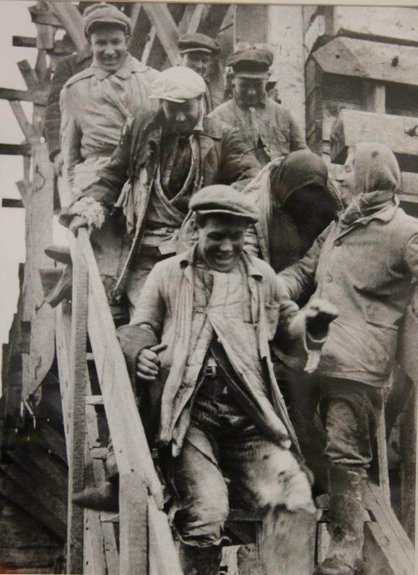 Комсомольцы-бетонщики после рабочей смены на плотине Днепростроя. Запорожье, 1932 г.