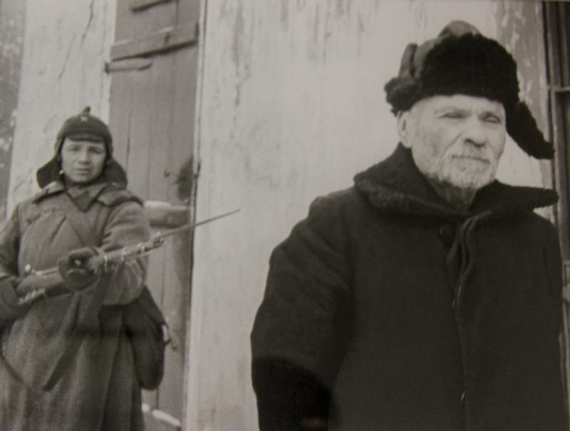 Красноармеец ведет на допрос предателя Токарева, служившего при немцах бургомистром, 1942 г.