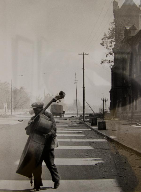Музыкант на одной из улиц Сталинграда, 1942 г.