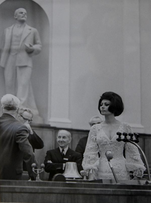 Итальянская киноактриса Софи Лорен в зале заседаний Верховного Совета СССР, Москва 1965 г.