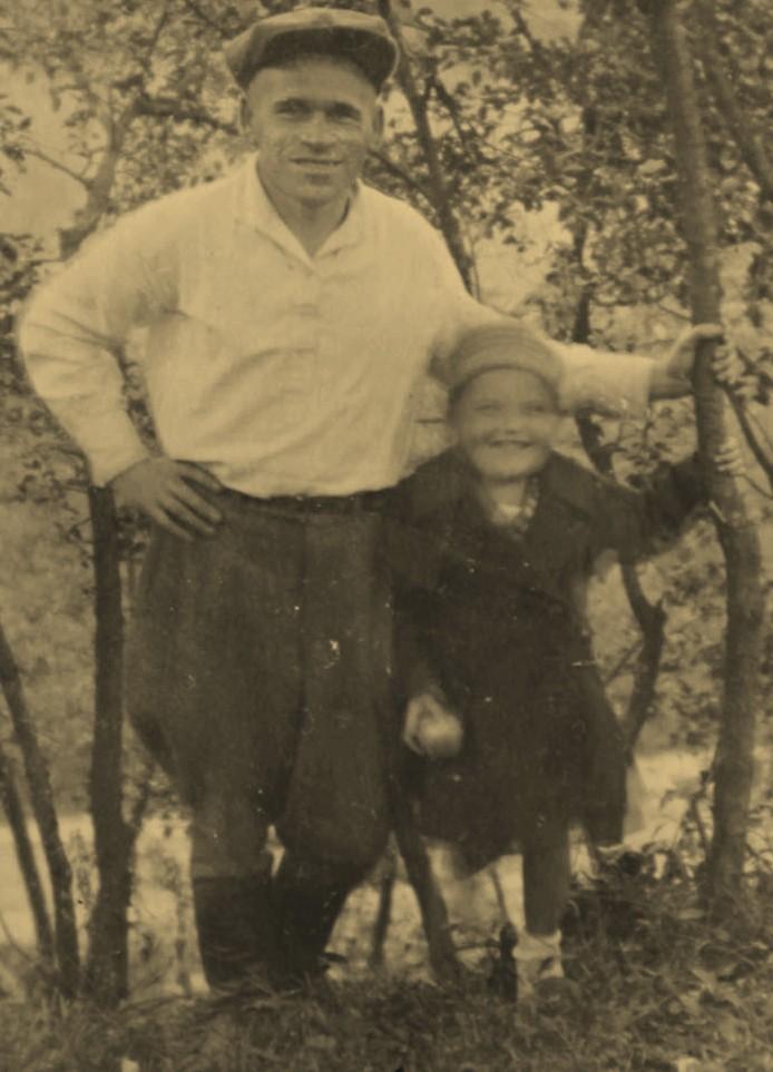 Дедушка со своей дочерью Тамарой до войны. Полоцк (год неизвестен)