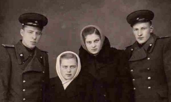 слева направо): Максаев Иван Кузьмич, его жена Максаева Екатерина Петровна