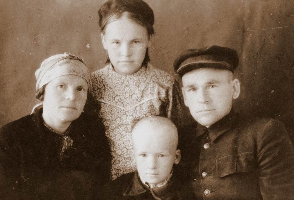 Бабушка, дедушка, их дочь Тамара и мой отец - Анатолий. Скорее всего, после войны (вряд ли тогда до таких фотографий было, да и по возрасту уже видно. К сожалению, у меня отсканированные когда-то фотографии, сами оригиналы дома у мамы, но найти их сейчас сложно, поэтому год и не ставлю)