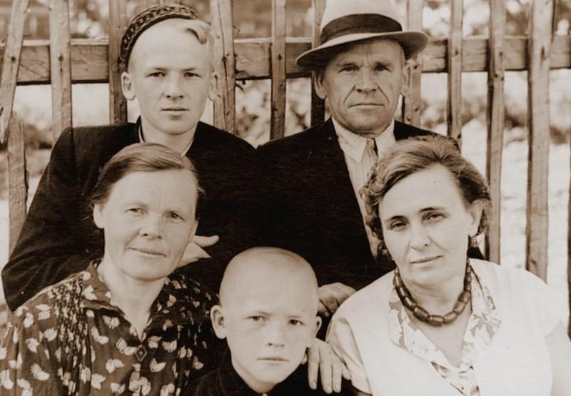 Дедушка, бабушка с сыновьями и их знакомой. Мой отец (старший который - в тюбетейке), его брат внизу