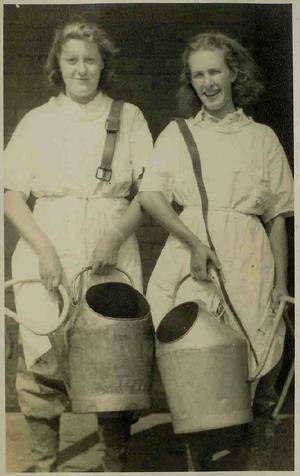 Эвелин Флетчер и Хильда Дайсон, «Счастливые доярки», Ризхетский сельскохозяйственный колледж, близ Нентвича, Чешир, 1941 год