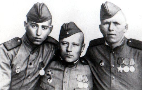Израиль Кукуев (слева) с товарищами