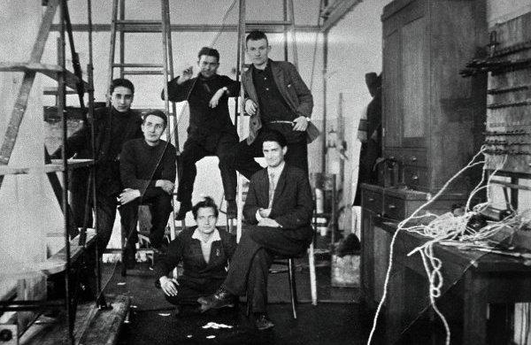 Игорь Курчатов (сидит справа) среди сотрудников Ленинградского физико-технического института