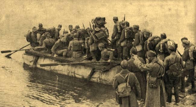 Советские бойцы форсируют Днепр