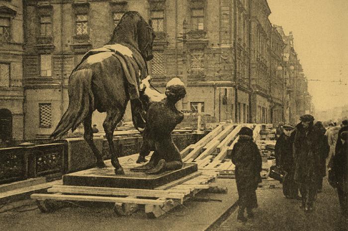 Снятие с постамента скульптуры с Аничкова моста