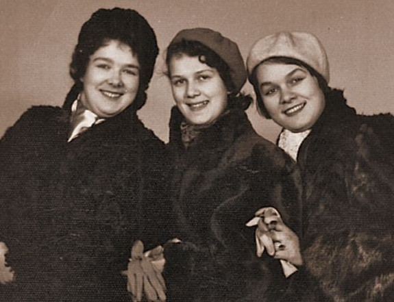 Слева направо: сестры Татьяна, Ольга, Мария Зызыкины