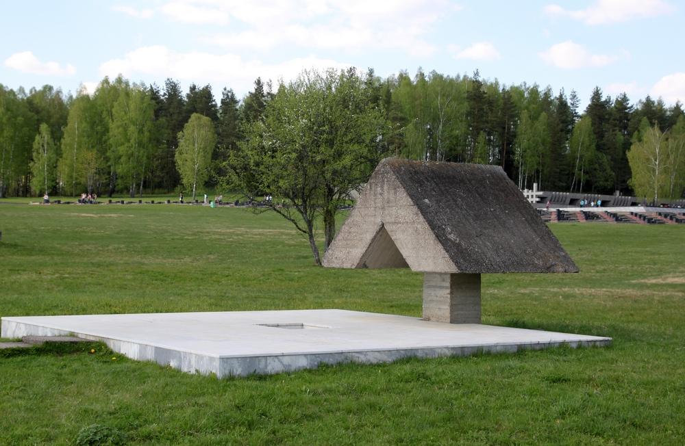 На месте 4 бывших колодцев — символические колодцы.